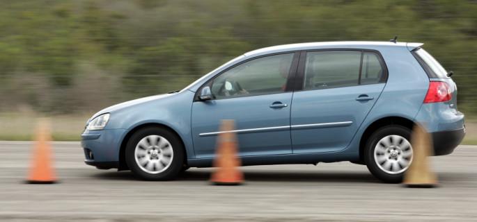 Dlaczego nowe auta tak skutecznie hamują?