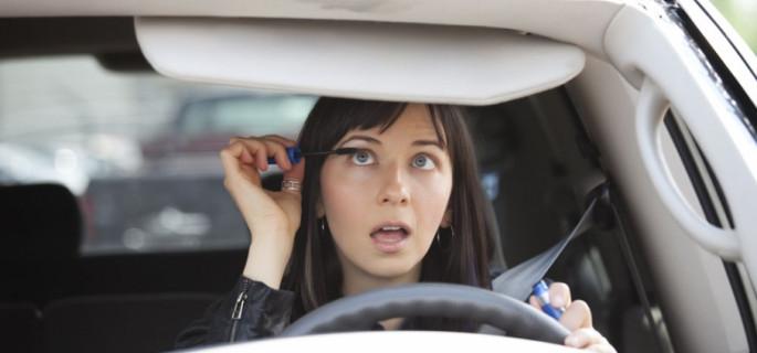 Bądź bezpieczny na drodze: czego nie  robić w aucie?