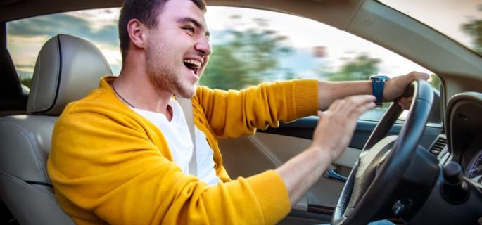 Młodzi czy starsi kierowcy: kto jeździ lepiej?