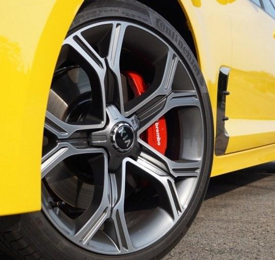 Sportowe opony i felgi, czyli jak koła zmieniają osiągi samochodu