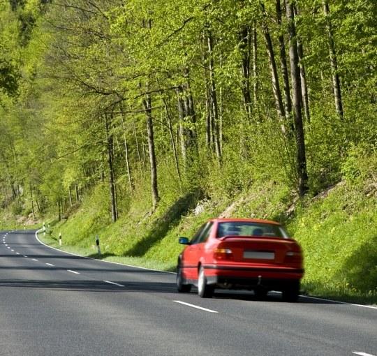Wypadki na drogach: dobre warunki mogą być niebezpieczne!