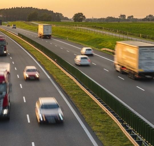 Bądź dobrym kierowcą #1: Ile i gdzie, czyli jakie są dopuszczalne prędkości na drogach w Polsce